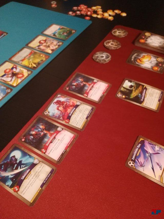 KeyForge ist bei Fantasy Flight Games erschienen und ist gut auf Deutsch übersetzt worden. Das Starterkit kostet rund 43 Euro, ein Deck ca. 10 Euro.