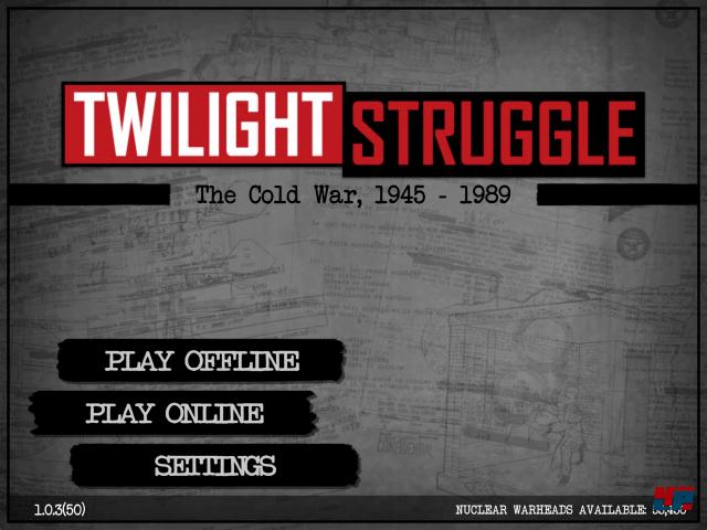 """""""Twilight Struggle"""" ist eine Konfliktsimulation für zwei Spieler, die aktuell nur auf Englisch spielbar ist. Es ist eine 1:1-Umsetzung des gleichnamigen Brettspiels aus dem Jahr 2005, das als """"Gleichgewicht des Schreckens"""" seit 2012 von Udo Grebe Design auf Deutsch vertrieben wird."""
