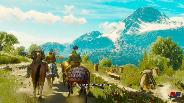 Das Schloss Beauclair ragt in der Ferne vor einem alpinen Panorama hervor.