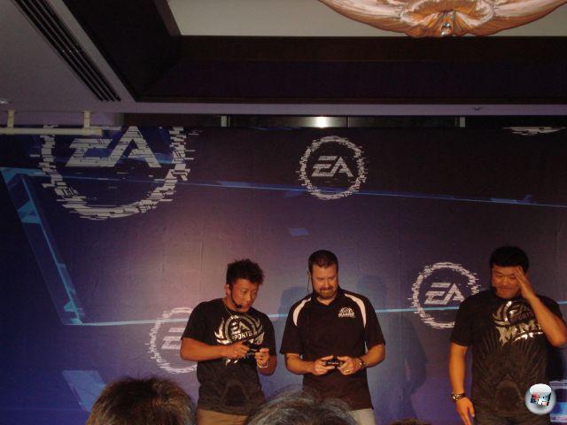 Auf der EA-Pressekonferenz: Ein Entwickler von EA MMA wird von einem echten MMA-Fighter virtuell durch den Fleischwolf gekurbelt. Spricht nicht für seine Skills am eigenen Spiel. Das ist auch dem anderen MMA-Recken bewusst, der entweder gerade aus irgendeinem Grund salutiert oder (wahrscheinlicher) den Face Palm beendet. 2153088