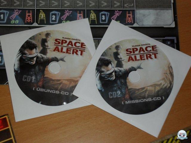 Das Besondere: Dem Spiel liegen zwei CDs mit der Stimme des Bordcomputers bei. Man kann Space Alert aber auch ohne spielen, dann liest man von Tafeln ab.