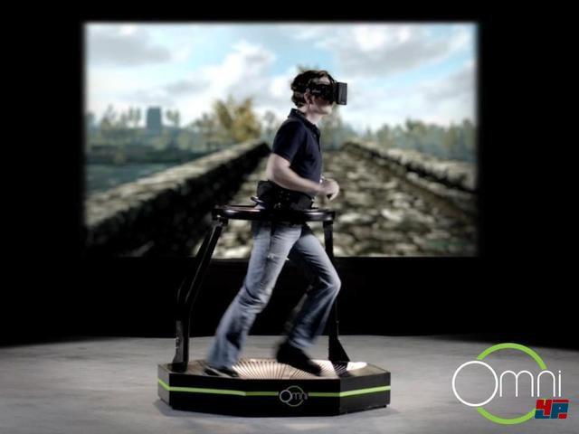<b>Virtuix Omni</b><br><br>Die Flut neuer VR-Brillen verspricht viel, doch für den ganzheitlichen Trip in den Cyberspace ist auch ein Körper-Controller nötig: So sieht es zum Beispiel das Unternehmen Virtuix, welches seine VR-Plattform Omni mit einer erfolgreichen Kickstarter-Kampagne ins Leben rief. Der Spieler läuft praktisch auf der Stelle, während ein Stützring ihn in Position hält. Per Kinect-Sensor sollen jegliche Beinbewegungen registriert werden. Spezielle Schuh-Spikes und passende Rillen sollen den Spieler dabei stabilisieren und die Laufenergie abfangen. Auf der offiziellen Website lässt sich das Podest für 499 Dollar vorbestellen. 92475277