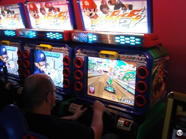 Irgendwann ist aber auch mal gut mit Kultur, dann verlangt wieder das Videospiele-Gen nach Aufmerksamkeit. Und wo wird diese besser befriedigt, als in einer Spielhalle? Vor allem, wenn da Multiplayer-Automaten von Mario Kart Arcade 2 herumstehen! Hätte vermutlich auch ein Riesenspaß werden können, wenn die eine Maschine nicht gierig Michaels Kleingeld gefressen hätte, ohne das Spiel zu starten. Gewitzte Methode, den Leute die Kohlen aus der Tasche zu ziehen. 2013113