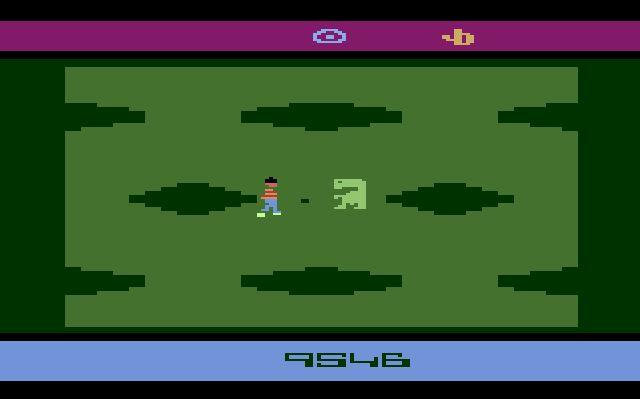 E.T. - The Extra-Terrestrial (1982)<br><br>Man soll ja immer das Schlimmste zuerst hinter sich bringen. Und die Versoftung von Steven Spielbergs Klassiker gilt auch heute noch als Maßstab dafür, wie man Filmumsetzungen auf keinen Fall machen sollte, wenn man nicht von der Spielergemeinschaft entgrätet werden möchte! In gerade mal knapp sechs Wochen von einem einzelnen Programmierer für den Atari 2600 entwickelt (Howard Scott Warshaw, der dafür 200.000 Dollar kassierte - ein Klacks, verglichen mit der gerüchteweise 25 Millionen Dollar teuren Lizenz!) war das Game in jeder Hinsicht eine Katastrophe. Was aber Publisher Atari nicht daran hinderte, in Erwartung eines Über-Mega-Superhits lässige vier Millionen Cartridges davon produzieren zu lassen! Von denen etwa 2,5 Millionen in der Wüste von Alamogordo (New Mexico) zerstört und vergraben worden sein sollen, nachdem kein Schwein den Dreck in Modulform gekauft hat. Resultat: Ein schwerer finanzieller Knacks für Atari, von dem sich die Firma nie erholen sollte und der Beginn des Video Game Crashes von 1983. 1723553