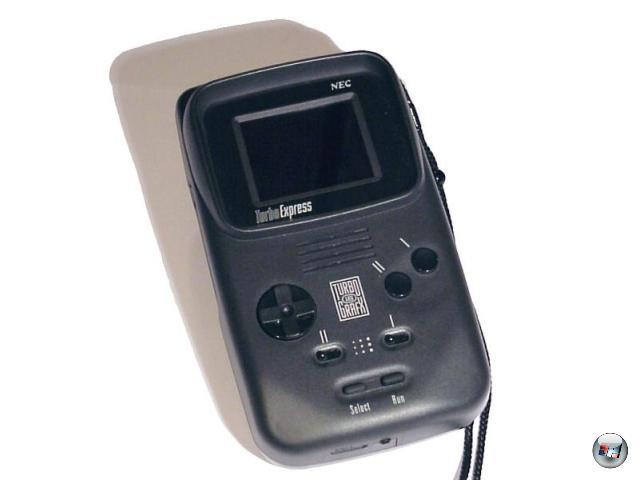 <b>PC Engine GT / Turbo Express (NEC) </b><br><br>Ein Jahr nach dem Game Boy brachte NEC den Rolls-Royce der Handhelds auf den Markt: Die Turbo Express war eine mobile Variante der PC Engine, einer gerade in Asien erfolgreichen Konsole. Farbiges LC-Display, kompatibel zu allen PCE-Spielen (direkt kompatibel, wohlgemerkt: Hu-Card rein, Spielspaß ahoi!), kraftvolle Technik - und ein Preis von 350 Dollar, der ebenso abschreckend wirkte wie die dauerhaften technischen Probleme, gegen die der Red Ring of Death wie ein gemütliches Kitzeln des Zwerchfells wirkt. Ganz zu schweigen von dem Batteriebedarf, der locker mit dem des Lynx mithalten konnte. Doppelt schade für uns, dass die Turbo Express hierzulande nie offiziell veröffentlicht wurde, denn technisch war das Teil ohne Frage enorm fortgeschritten. 1929133