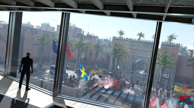 In der Botschaft wartet ein Kontrastprogramm zum bunten Treiben auf den Straßen.