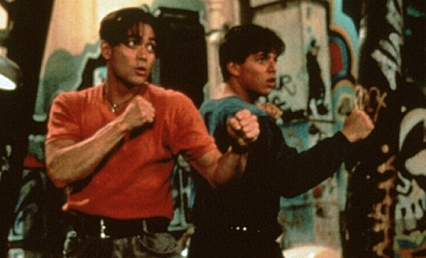 Double Dragon (1994)<br><br>Marc Dacascos ist Fans von Anime und Martial Arts ein guter Freund, schließlich hat der in vielen klassischen Kampfsportarten ausgebildete Hawaiianer den Crying Freeman gespielt - nachweislich eine der besten Comicverfilmungen überhaupt. Bei vielen anderen Rollen hatte der gute Mann aber ein weniger glückliches Händchen, und die trashige Verfilmung von Double Dragon dürfte dazuzählen. Nun, im Zweifelsfall kann man das immer noch unter »Jugendsünden« abheften. Und er ist ja auch nicht das Schlimmste, was dem Film passieren konnte - Stichwort »Alyssa Milanos Frisur«... 1723075