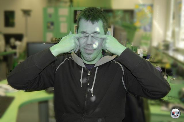 <b>Reelle Virtualität</b> <br><br> Der Virtual Boy ist nichts für Mimosen, denn der rot leuchtende Bildschirm verändert sogar das Aussehen der realen Welt. Wenn man nach einer zwanzigminütigen Spiel-Session den Kopf aus dem Visier nimmt, sieht man die Umgebung wie durch einen grellen grün-blauen Farbfilter – ohne jegliche Rottöne. Nach einigen Sekunden ist die Grenzerfahrung aber schon wieder vorbei: Dann haben sich die gereizten roten Sinneszellen angepasst und der Effekt verschwindet . Eine weitere Nebenwirkung ist ein steifer Nacken: Normalerweise stellt man das Gerät vor sich auf einen Tisch und beugt sich mit dem Kopf leicht nach vorne. Wenn man den Controller hinter dem Standfuß hält, verstärkt sich die krumme Haltung noch. Da das Gerät stattliche 750 Gramm wiegt, hat Nintendo keine Kopfhalterung veröffentlicht – im Netz kursieren aber Bauanleitungen für solche »Head Straps«. 2211699