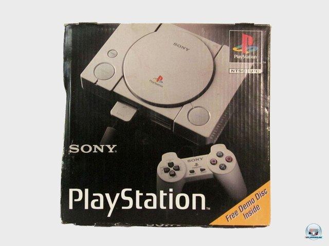 <b>PlayStation: 599 DM</b> <br><br> ...welche allerdings keinen eingebauten Speicher für Spielstände besaß. Sonys erste Konsole erschien am 29. September 1995. Das Projekt startete, nachdem die Zusammenarbeit mit Nintendo für ein CD-Laufwerk des Super Nintendo geplatzt war. 92404052