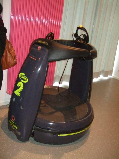 Virtual Reality System SU2000 <br><br> Zu Beginn der Neunziger war Virtual Reality der letzte Schrei: In einigen Spielhallen stellte man sich auf eine eingezäunte Plattform, auf welcher die Körperbewegungen registriert wurden, stülpte eine mit zwei Bildschirmen ausgestattete Brille über den Kopf und tauchte in 3D-Welten ab. Bei empfindlichen Naturen endeten solche Ausflüge allerdings mit einem flauen Magen. Neben dem leider noch nicht wieder instand gesetzten SU2000 der englischen Firma Virtuality Group Plc aus dem Jahr 1994 ist übrigens auch Nintendos 3D-Handheld Virtual Boy ausgestellt. 2194437