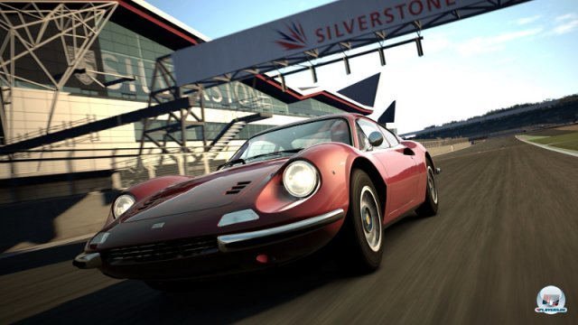 <b>Gran Turismo 6 (2013, PlayStation 3, später auch PlayStation 4)</b><br><br> Statt sich auf die kommende Generation zu konzentrieren, bedient Polyphonie noch einmal die PlayStation 3. Gegenüber IGN erklärte Kazunori Yamauchi auf dem gestrigen Silverstone-Event, dass eine PS4-Version tatsächlich angedacht sei. Man habe sich aber überlegt, dass es für die Nutzer am besten sei, das Spiel in dieser Weihnachtssaison vorerst nur auf der PS3 zu veröffentlichen. Sämtliche Autos und Rennkurse aus dem Vorgänger sollen auch in Teil 6 enthalten sein. Inklusive der 19 neuen Exemplare (z.B. Silverstone) kommt GT6 auf 33 Kurse mit 71 Layouts und 1200 Fahrzeugen. Interessant ist die Partnerschaft mit KW Automotive beim Entwickeln der Physik-Engine: Größter Anteilseigner ist Klaus Wohlfarth, der auch den Rennspielentwickler Simbin leitet. 92460764