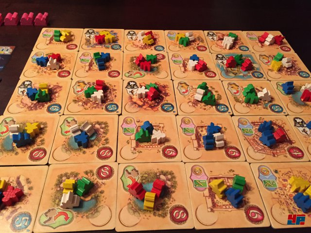 Die Wüste lebt: Ein buntes Tohuwabohu wartet zu Beginn einer Partie. Jeder Spieler darf alle Figuren eines Plättchens bewegen...
