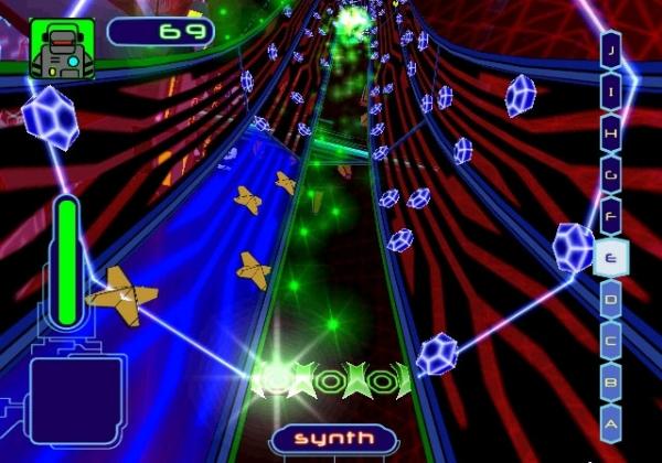 FreQuency (2001)<br><br>Der Vorgänger des berühmten Amplitude und damit auch Großvater der Guitar Hero-Serie war das erste Spiel auf dem jungen Hause Harmonix - und verdammt abgefahren! Als FreQ war es eure Aufgabe, durch psychedelische Tunnel zu fliegen und Musikstücke zusammenzusetzen, indem ihr auf euch zufliegende Noten mit dem richtigen Timing erwischt. Songs von Bands wie Orbital, No Doubt, Paul Oakenfold und Roni Size, von denen ihr auch eigene Remixes anfertigen durftet. Die ihr wieder mit anderen Spielern tauschen konntet, wenn ihr gerade keine Lust hattet, online gegen drei andere FreQs anzutreten. 1727006