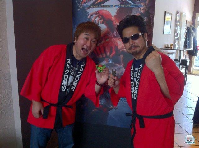 Die Prügel-Großmeister im Gespräch: Links Yoshinori Ono (Capcom), rechts Katsuhiro Harada (Namco).