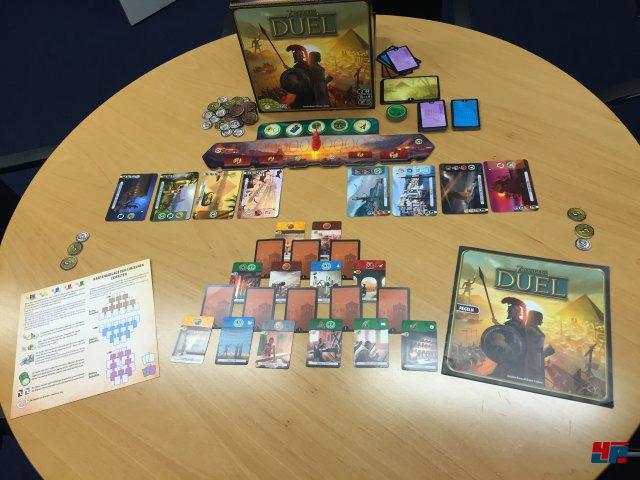 7 Wonders Duel ist komplett auf deutsch bei Asmodee erschienen und für zwei Spieler ausgelegt.