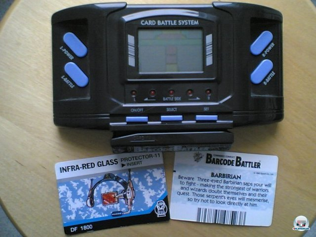 <b>Epoch Barcode Battler</b><br><br> Ein Kuriosum im Kielwasser des GameBoy-Erfolgs war der 1991 erschienene Barcode-Battler von Epoch: Das ins Handheld eingebaute Rollenspiel besaß nur einfache Piep-Sounds und außer ein paar Zahlenfeldern keinerlei Grafik. Stattdessen schnitt man Barcodes von handelsüblichen Verpackungen aus, schob sie durch den unteren Schlitz und erhielt dafür einen Helden mit diversen Statuswerten. Dieser trat danach gegen die Krieger an, welche mit den mitgelieferten Karten oder anderen Barcodes generiert wurden - nicht besonders spannend. 2379502