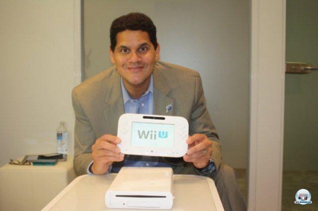 <b>Wii U: 299 bzw. 349 Euro</b> <br><br> Die Wii U kommt am 30. November in den Handel - je nach Version für rund 299 (8 GB) bzw. 349 Euro (32 GB). Die teurere Premium-Variante bietet neben größerem Speicherplatz einen Ständer für das Gerät, eine Ladestation für das Gamepad sowie den Nintendo Premium Network-Pass. In einem Interview mit GI.biz versicherte Reggie natürlich, dass die Konsole mehr als genügend Gegenwert für seinen Preis biete. 92404097