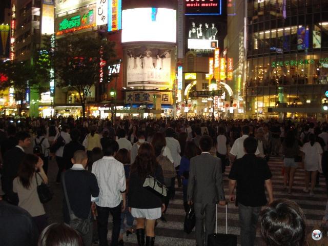 Shibuya an einem durchschnittlichen Mittwochabend. Die Millionen Spaziergänger des gestrigen Tages haben sich sprunghaft vermehrt und bevölkern nun mit ihrem Nachwuchs die Straßen des Ausgehviertels. Atemluft ist überbewertet. 2008483