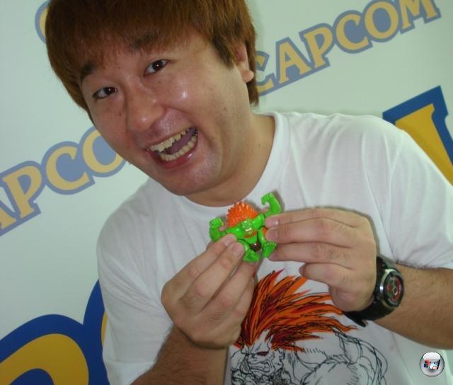 <br><br> ...oder aber die eine oder andere geheimnisvolle asiatische Droge. Street Fighter-Entwickler Yoshinori Ono war jedenfalls zappeliger und fröhlicher als eine Herde Wiesel. Und ging nirgends ohne seinen Mini-Blanka hin. 2145488
