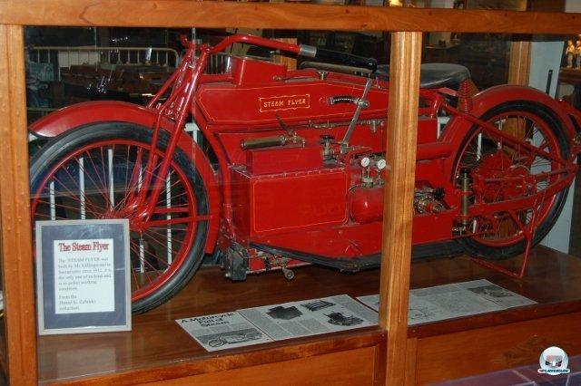 <b>Mach Dampf!</b> <br><br> Manche Steampunk-Visionen sind gar nicht so weit hergeholt. In einer der Vitrinen steht ein besonderes Einzelstück: Der feuerwehrrote Steam Flyer aus dem Jahr 1912 ist ein funktionstüchtiges, mittels einer Dampfmaschine angetriebenes Motorrad. 2334747