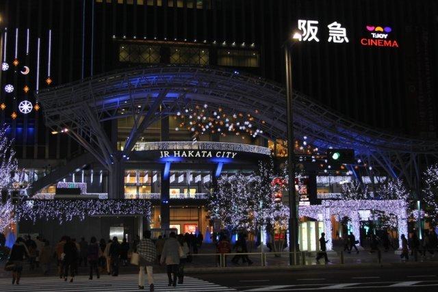 Hakata Station <br><br> Das Studio befindet sich ganz in der Nähe der Hakata Station, einer zentralen Anlaufstelle für den Regional- und Fernverkehr in Fukuoka, die gleichzeitig mit einem großen Shopping-Komplex inklusive Kino ausgestattet ist. Bei unserer Anreise haben wir noch den letzten Tag mit Weihnachtsschmuck erwischt... 2317607