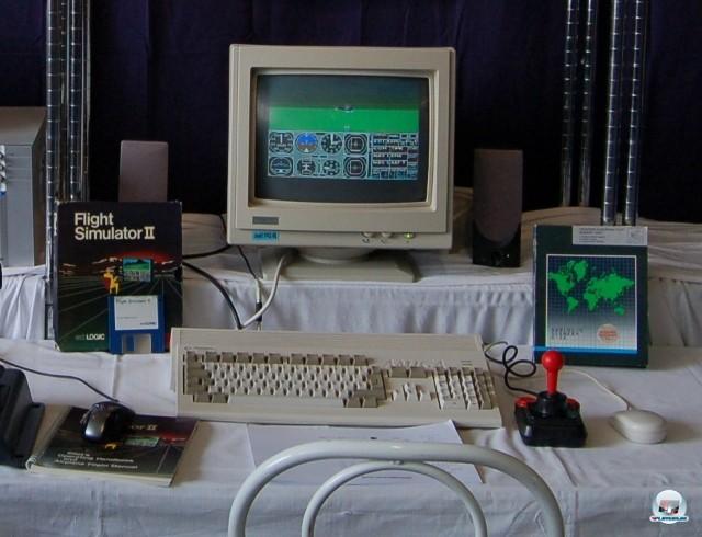 <b>Flight Simulator 2</b> <br><br> Auch Besitzer anderer Computer durften ein Jahr später wieder abheben: subLOGICS Teil 2 ähnelte der ersten Microsoft-Umsetzung. Bereits damals war es möglich, neue Szenarien von Diskette ins Spiel einzubinden. Auf dem Foto sieht man die noch weiter verbesserte Amiga-Version, welche von www.german-airlines.de auf der 9. Deutschen Flugsimulatoren-Konferenz ausgestellt wurde. 2241052