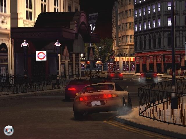 Auch Rennfahrer wurden mit Segas Traumkiste glücklich. Der umfangreiche Großstadtraser Project Gotham Racing von Bizarre feierte z.B. sein Debut auf dem Dreamcast. Der erste Teil hörte allerdings noch auf den Namen Metroplis Street Racer (siehe Bild). Das neue am Spiel war, dass ihr nicht nur als Erster über die Zillinie rasen musstet, sondern zusätzlich Extra-Punkte für stilvolles Fahren, so genannte Kudos, einheimsen konntet. Mit Segas Umsetzung des ultrarealistischen Ferrari F355 Challenge-Automaten gab es außerdem eine waschechte Simulation für Puristen. Auch Segas Crazy-Taxi-Reihe hatte ihren Ursprung in der Spielhalle. In den zwei Dreamcast-Ablegern des durchgeknallten Checkpoint-Racers kutschierte man aufgebrachte Fahrgäste durch eine belebte Stadt. Besonders hübsch sah Ubisofts Arcade-Rennspiel Speed-Devils aus, welches später ein Online-Add-On bekam. Die detaillierten Wälder und Vergnügungsparks wirkten beinah so beeindruckend wie der damalige grafische Spielhallenprimus Scud Race. 1882588