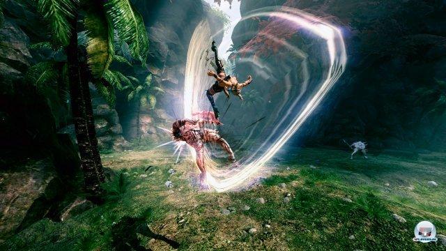 Grazile Akrobatik: Die leicht bekleidete Schatzjägerin macht in fast jeder Situation eine gute Figur.