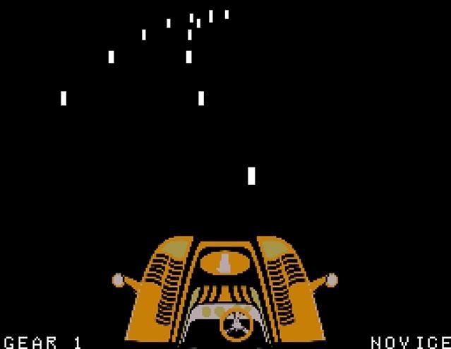 <b>Night Driver</b><br><br>1976 produzierte Atari einen aus heutiger Sicht bizarren Spielautomaten: Das Bild war schwarz (deswegen auch der Titel), die Straße wurde nur durch bewegte weiße Streckenbegrenzungen angedeutet - und der Wagen war eine unter den Monitor geklemmte Plastikattrappe! Und dennoch waren Staunen und Ansturm auf Night Driver groß, denn nicht nur die Nutzung von 3D-Grafik, auch die (angedeutete) Ego-Perspektive waren zu der Zeit noch absolutes Neuland. Dem Spielhallenerfolg folgten Umsetzungen für damals aktuelle Heimcomputer-Systeme, wobei die Umsetzung für den Atari 2600 aufgrund der begrenzten Rechenmöglichkeiten pausenlos flackerte. 1797443