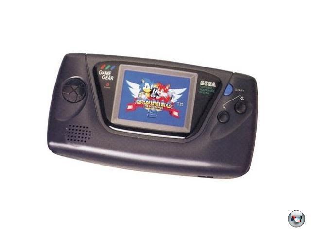 <b>Game Gear (Sega) </b><br><br>Ein Jahr nach Game Boy und Lynx sprang auch der damalige Konsolen-Sieger Sega auf den Handheld-Zug auf: Das Game Gear war im Grunde ein portables Master System, allerdings mit einer größeren Farbpalette. Die Ähnlichkeit zu seinem stationären Verwandten waren so groß, dass viele umgesetzte Spiele absolut identisch waren - und falls nicht, gab es einen Adapter, mit dem man die klotzigen Module direkt im Gear Gear verwenden konnte. Das System war mit mehr als zehn Millionen verkauften Einheiten zwar kein Misserfolg (Sega war gerissen genug, dem GG das Tetris-ähnliche Columns beizulegen), aber auch kein durchschlagender Kracher, was wie beim Lynx an dem mauen Software-Angebot sowie dem ebenfalls enormen Batteriehunger lag. Immerhin konnte man Sega nicht vorwerfen, ideenlos zu agieren: Für das Game Gear gab's immerhin abgefahrene Hardware wie einen TV-Tuner. 1929128