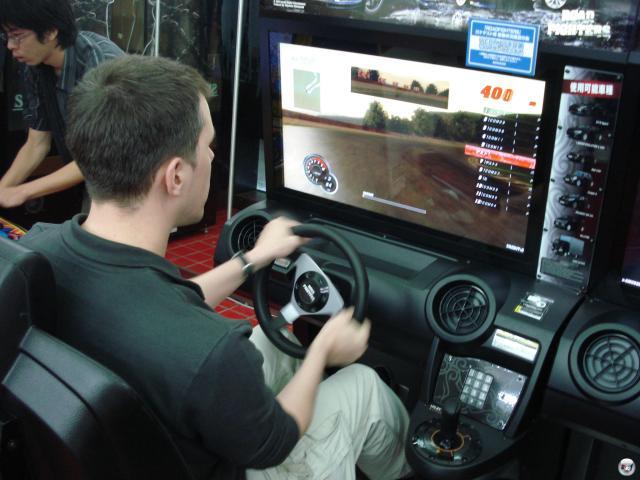 ...sowie einen Multiplayer-Rennspiel-Automaten, der selbstverständlich sofort dem kritischen Blick von Brumm-Brumm-Krosta unterworfen wurde. Schönes DIng, hat aber keine Cockpit-Perspektive. Zack, automatisch 60% weniger! Merkt euch das, hochverehrte Rennspielentwickler! 2008223
