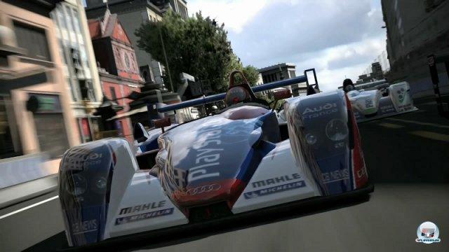 <b>Gran Turismo 5 (2010, PlayStation 3)</b><br><br> Auch bei Teil 5 hatten sich Yamauchi und sein Team offenbar übernommen. Die Fahrphysik bot zwar immer noch die nahezu perfekte Mischung aus Anspruch und Spiel und auch in puncto Tuning und Abwechslung überzeugte der Titel - wirklich fertig wirkte er aber nicht. Ellenlange Installationen, ein rudimentärer Online-Modus und widersprüchliche Aussagen über das kaum vorhandene Schadensmodell sorgten für Verwirrung. Außerdem war ein Teil der Automodelle mit veralteten Texturen tapeziert. Nur die Premium-Wagen glänzten im hübschen neuen HD-Gewand. Gegen Microsofts erstarkte Konkurrenz Forza Motorsport zog Sony diesmal deutlich den Kürzeren. 92460763
