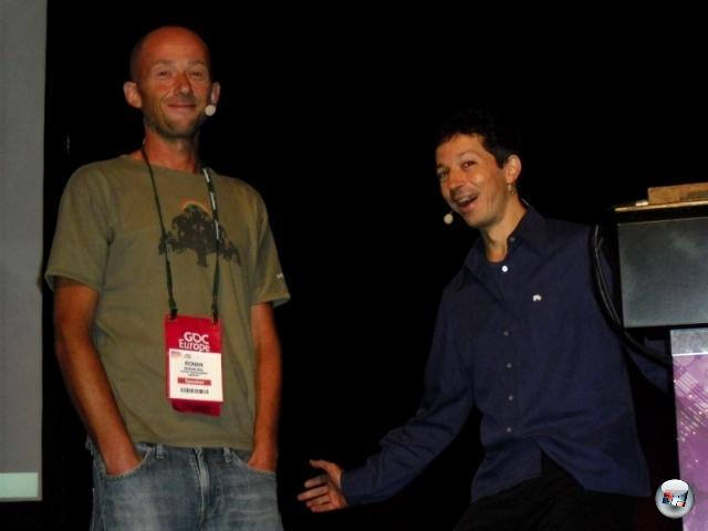 <b>Die Erkenntnis, dass...</b><br><br> ...Entwickler vor Messebeginn immer erstaunlich fröhlich sind (hier: Ronan Bel & Eric Chahi von Ubisoft Montpellier bei der Präsentation von From Dust). 2145453