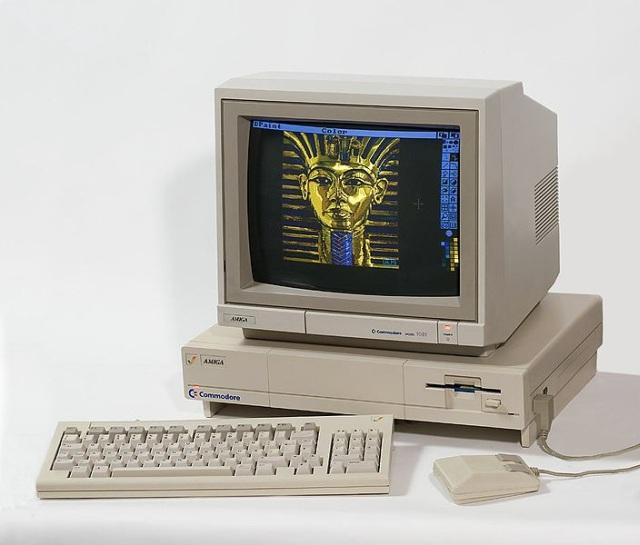 Der Amiga 1000 <br><br>  Am Anfang stand nicht der Amiga 500, sondern der Amiga 1000: Ein High-End-Computer mit fantastischen Fähigkeiten in den Bereichen Grafik, Sound und Multi-Tasking, der gleichzeitig den Sprung von 8-Bit (C-64 & Co) auf 16-Bit wagte und äußerlich mit Gehäuse und separater Tastatur mehr an einen normalen PC oder den C-128D erinnerte. Da der Amiga 1000 noch ein interner ROM-Chip fehlte, musste man die Firmware namens Kickstart erst per Diskette in den dafür reservierten, 256 Kilobyte großen Speicher laden. Erst danach konnte die Software gelesen werden...  2133048