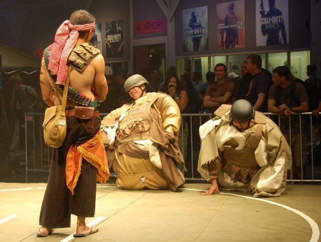 <b>Banzai!</b>  <br><br>  Beim Juggernaut-Sumo konnten chronisch unterernährte Besucher sich in einen schweren Anzug zwängen, um sich gegenseitig aus dem Ring zu bugsieren. Diese beiden Krieger hatten allerdings am meisten damit zu kämpfen, überhaupt auf die Beine zu kommen. 2261177