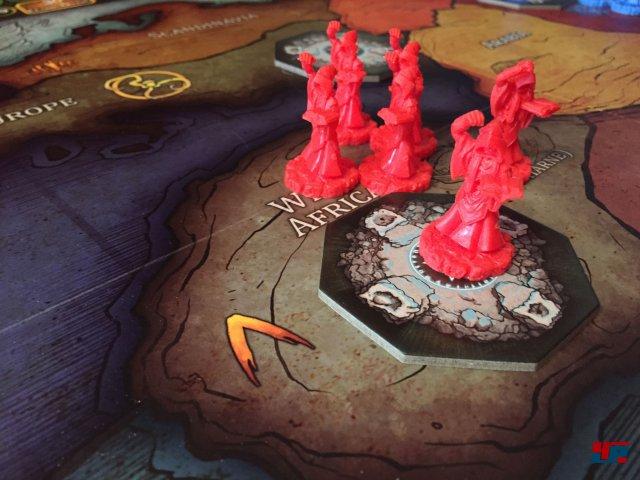 Zu Beginn hat jeder Spieler nur ein Portal und sechs Kultisten. Es gibt für zwei Spieler zwei Varianten im Regelwerk: die kurze und die epische.
