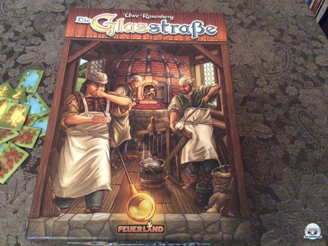 Die Glasstraße ist für knapp 30 Euro komplett auf Deutsch bei Feuerland Spiele erschienen. Man kann es alleine oder mit bis zu vier Leuten spielen. Es ist auch zu zweit empfehlenswert.
