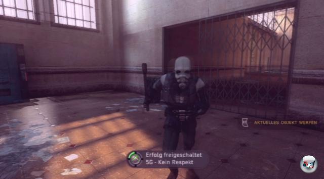 <b>Half-Life 2: The Orange Box</b><br><br>Mal davon abgesehen, dass die Orange Box drei der kreativsten Achievements aller Zeiten enthält (»Zombie-Helikopter«, »Auf dem Sandweg« und »The One Free Bullet« - bitte vertraut mir: Macht sie! Es lohnt sich. Ihr werdet die Spiele mehr lieben als zuvor.), warten gleich zu Beginn zwei sehr simple: Legt einen Quicksave an, wenn euch der Wachmann direkt nach eurer Ankunft in City 17 auffordert, die von ihm umgestoßene Coladose wieder aufzuheben. Denn danach könnt ihr sie entweder brav in die Tonne legen (»Ab in die Tonne«, fünf Punkte) oder sie ihm zwischen die Zähne schmeißen (»Kein Respekt« - auch fünf Punkte sowie einen schlecht gelaunten Cop als Bonus). Der Speicherpunkt ermöglicht euch beides. 1783433