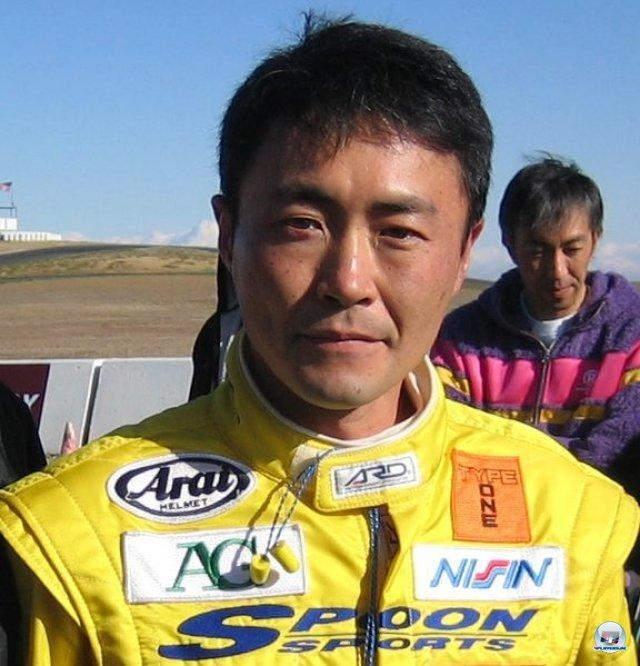 <b>Gran Turismo (1998, PlayStation) </b><br><br> Mit Gran Turismo erfüllte sich Rennfahrer Kazunori Yamauchi einen Traum: Nach zwei Fun-Racern (Motor Toon Grand Prix) entwickelte sein Team Polyphony Digital sein erstes ausgewachsenes Rennspiel mit dem selbstbewussten Untertitel
