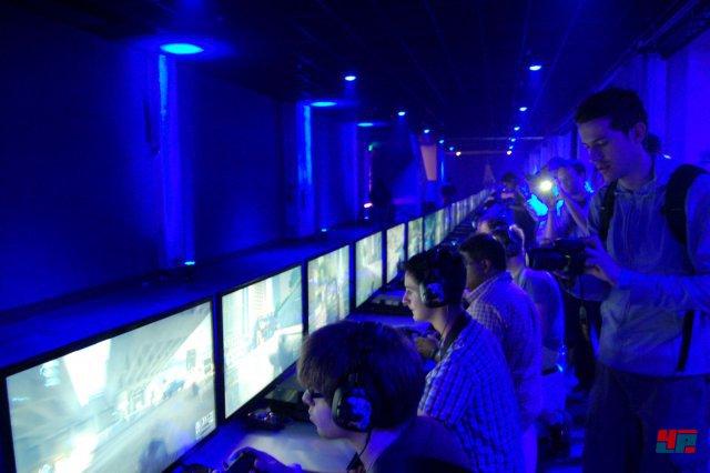 Auf EAs Pressekonferenz konnten die Besucher bereits einige Runden in die Beta einsteigen.