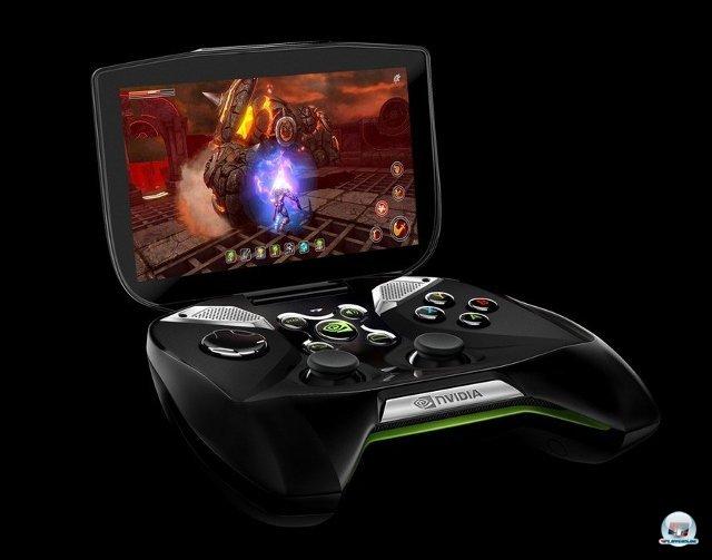 <b>Nvidia Shield</b><br><br> Nvidias Shield ist ein Sonderling: Einerseits ein zusammenklappbares Android-Handheld mit leistungsstarkem Tegra 4-Chip, andererseits sollen sich auch PC-Spiele auf den Screen streamen lassen. Voraussetzung dafür ist natürlich ein Desktop-PC oder Notebook mit Grafikkarte von Nvidia (z.B. GTX 650 oder GTX 660M). Auch im Android-Betrieb soll die Grafik rocken: Der eingebaute Chipsatz kommt laut den Entwicklern auch mit der Unreal Engine 4 klar. Der 5-Zoll-Bildschirm hat eine 720p-Auflösung, per HDMI können sogar externe Bildschirme mit bis zu 4K bedient werden. 92438042