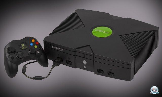 <b>Das Große Schwarze</b> <br><br> Vor exakt zehn Jahren, am 14. März 2002, startete Microsofts Kraftpaket in Europa (in den USA bereits am 15. November 2001). Ein Pentium-III-Ableger mit Coppermine-Kern und Nvidias GeForce-3-Derivat NV2A sorgten für eindrucksvolle Bilder. Auch der flexibel nutzbare Arbeits- und Grafikspeicher war mit 64 MB üppiger ausgestattet als bei PS2 und GameCube. 2328642