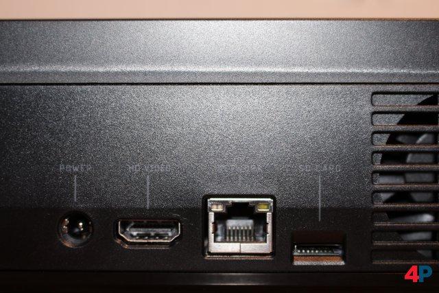 Auf der Rückseite gibt es neben üblichen Anschlüssen auch einen Kartenleser für MicroSD.