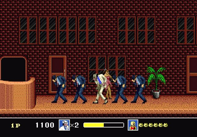 Moonwalker (1990)<br><br>Michael Jacksons »Moonwalker« ist ein... nun... »merkwürdiger« Film. Einfach merkwürdig. 1990 entwickelte Sega einen Iso-Klopper aus dem Material für die Spielhalle, der tatsächlich verdammt viel Spaß machte. Und dann dachten sich die Entwickler wohl »Hey, die Leute lieben unser Game! Lass uns etwas ganz anderes für unsere Heimkonsolen machen, das merkt bestimmt keiner!« - das Resultat war ein Sidescroller, in dem man mit dem gut animierten MJ durch Szenarien turnte, die dem Film entnommen wurden, gekidnappte Kinder aus den schmierigen Fingern von »Mr. Big« befreite und sich am Ende in ein Raumschiff verwandelte. Was? Egal. An sich lieferte das Spiel solide Unterhaltung, wenn es nicht so schrecklich belanglos gewesen wäre - doch immerhin gab es passabel verinstrumentalisierte Midi-Versionen von Hits wie »Billie Jean« und »Smooth Criminal«, ein furchtbar gesampeltes »Meikkel!«, sobald man ein Kind befreit hat, sowie genug zu lachen: Etwa wenn Jackson ein choreographiertes Tänzchen mit einer Horde Zombies wagt oder Affe Bubbles den Weg zum Bosskampf weist. Angeblich hat der Popstar persönlich bei der Entwicklung des Spiels Handschuh angelegt - aber das dürfte sich wohl auf das Posieren für Pressefotos beschränkt haben. 1723561