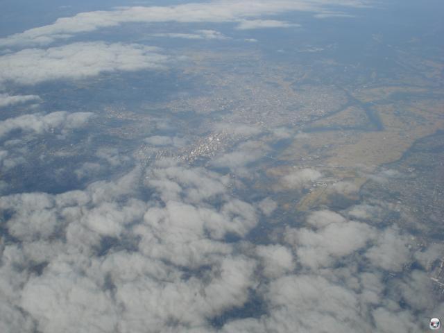 Japan von oben ist enttäuschend: Kein Godzilla, der Energieblitzlaser speiend die Landschaft mit seinen gigantischen Pranken verwüstet, keine Zuchtfelder für quadratische Melonen, keine Hello Kitty!-Trainingslager. All die schönen Klischees, in einem Aufwasch hinüber. Wie ärgerlich. 2008188