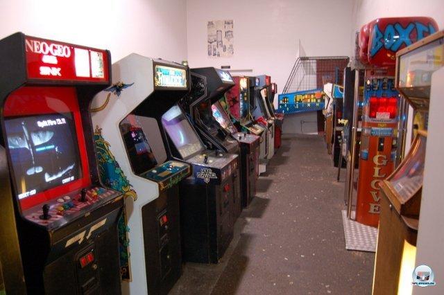 <b>Nostalgie-Overkill</b> <br><br> Im hinteren Teil der Halle wartet das El Dorado für Automaten-Fans der Siebziger und Achtziger. Ob Robotron, Miss Pacman, Phoenix oder Star Wars: Hier steht fast die komplette Prominenz der goldenen Arcade-Zeit in gut gepflegtem Zustand. Auch ein paar neuere Maschinen wie San Francisco Rush The Rock: Alcatraz Edition oder Terminator: Salvation sind spielbar. 2334702