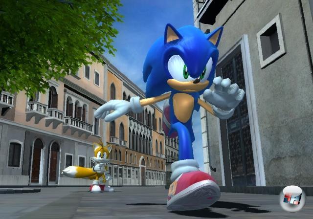 <b>Sonic The Hedgehog (2006)</b><br><br>Zum 15. Geburtstag des Igels sollte alles toll und super und besser und wuppdidu werden. Und wie so oft das bei derartigen Ambitionen ist: Sie gehen tierisch in die Hose. Sonic The Hedgehog zieht den ruhmreichen Namen mit furchtbarer Kamerasteuerung, spielerischen Unzulänglichkeiten und schwacher Präsentation gehörig in die Tiefe, der Sprung zu Sonic-HD misslang gründlich. Sollte das das Ende unseres Vorzeigeigels gewesen sein? 1858963