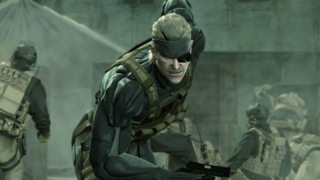 Das große Finale <br><br> Nach all den Ereignissen, plötzlichen Wendungen und der verwirrenden Komplexität hätte wohl niemand geglaubt, dass Hideo Kojima all die losen Fäden für das Finale zusammenführen und die meisten der Fragen beantworten würde, die MGS-Fans seit Jahren auf der Zunge brannten - doch genau so sollte es in Metal Gear Solid 4: Guns of the Patriots kommen. Solid Snake, mittlerweile durch ein künstliches Klon-Verfallsdatum massiv gealtert und durch den mutierten Foxdie-Virus eine potenzielle B-Waffe, jagt 2014 ein letztes Mal Ocelot und seine Schergen, um die Patriots endgültig zu vernichten und die USA bzw. die Welt von ihrer Kontrolle zu befreien. Für den vorerst letzten Teil unter seiner Regie griff Kojima ganz tief in die emotionale Trickkiste und inszenierte ein spektakuläres Finale für die Reihe - nebenbei mit den vermutlich längsten Zwischensequenzen der Videospielgeschichte. 2397752