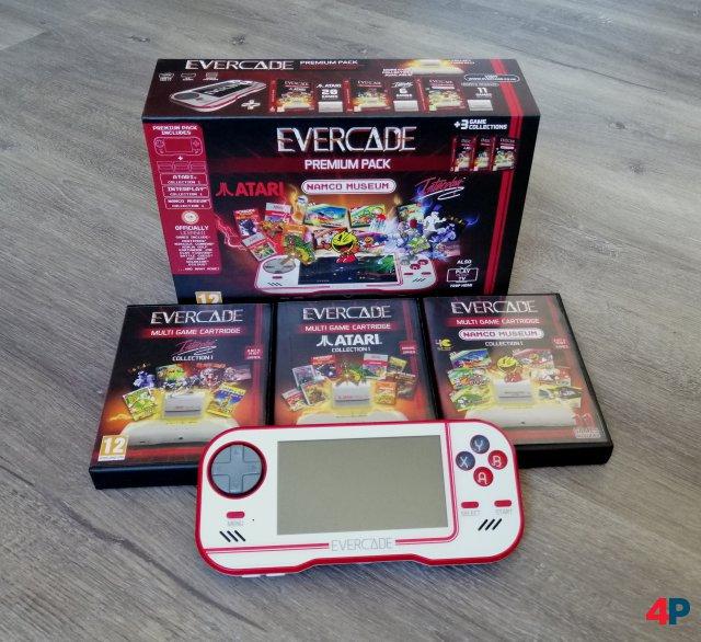 Premium Pack: Handheld-Konsole und drei Retro-Collections für 89,99 Euro.