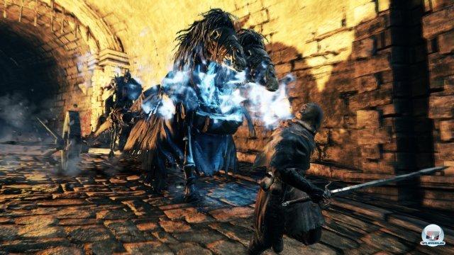 <b>Dark Souls II (2014)</b> <br><br>Das zweite Dark Souls soll auf keinen Fall leichter werden, nur zugänglicher: Das versprach Yui Tanimura von From Software bei der Präsentation neuer Spielszenen. Wichtig sei vor allem, dass der Spieler versteht, warum er gerade gestorben ist. Wir hoffen, dass der Spagat funktioniert, die beiden Vorgänger waren schließlich erfrischend knackige Gegenpole zur lockerleichten Action. Außerdem verriet Tanimura, dass das serverbasierte Online-System ein paar Neuerungen in das Spiel für PC, PS3 und Xbox 360 bringen soll. 92458997